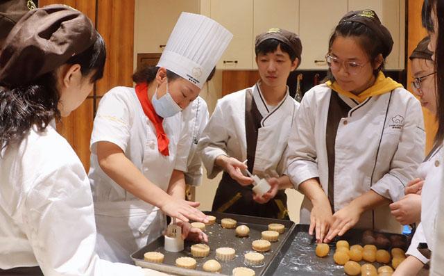 西点西餐学校课上学生做月饼